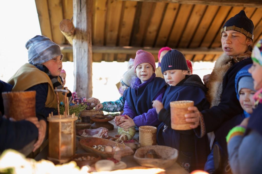 En skoleklasse besøker Vikingu Kaimas utenfor Vilnius i Litauen. Direktør Judita Korsakiene forklarer.