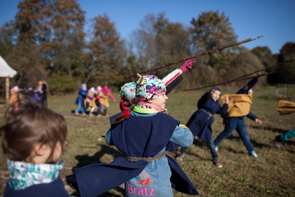 En skoleklasse besøker Vikingu Kaimas utenfor Vilnius i Litauen.